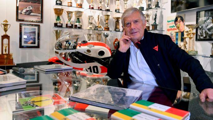 Giacomo Agostini nella sala dei suoi trofei a Bergamo
