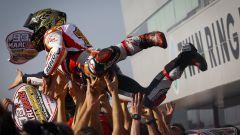 Give me five: Marc Marquez si laurea Campione del Mondo a Motegi - Immagine: 1