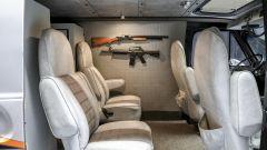 Gli interni del furgone, con tanto di armi
