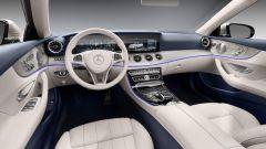 Gli interni della Mercedes Classe E Cabrio sono dominati dai due display da 12,3