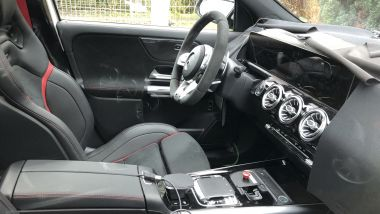 Gli interni della Mercedes GLA AMG45