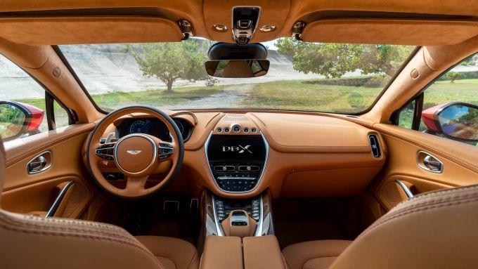 Gli interni di Aston Martin DBX