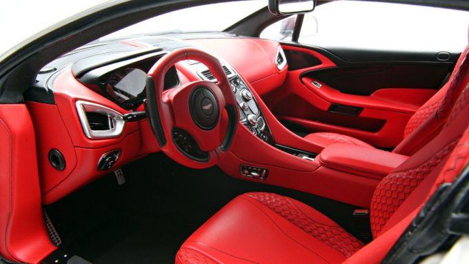 Gli interni di una Aston Martin Vanquish