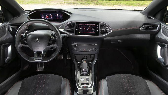 Gli interni rinnovati della Peugeot 308 Station Wagon 2021