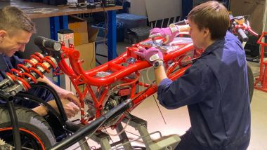 Gli studenti del Politecnico di Mosca al lavoro sulla EMP Mig X, la moto elettrica da record