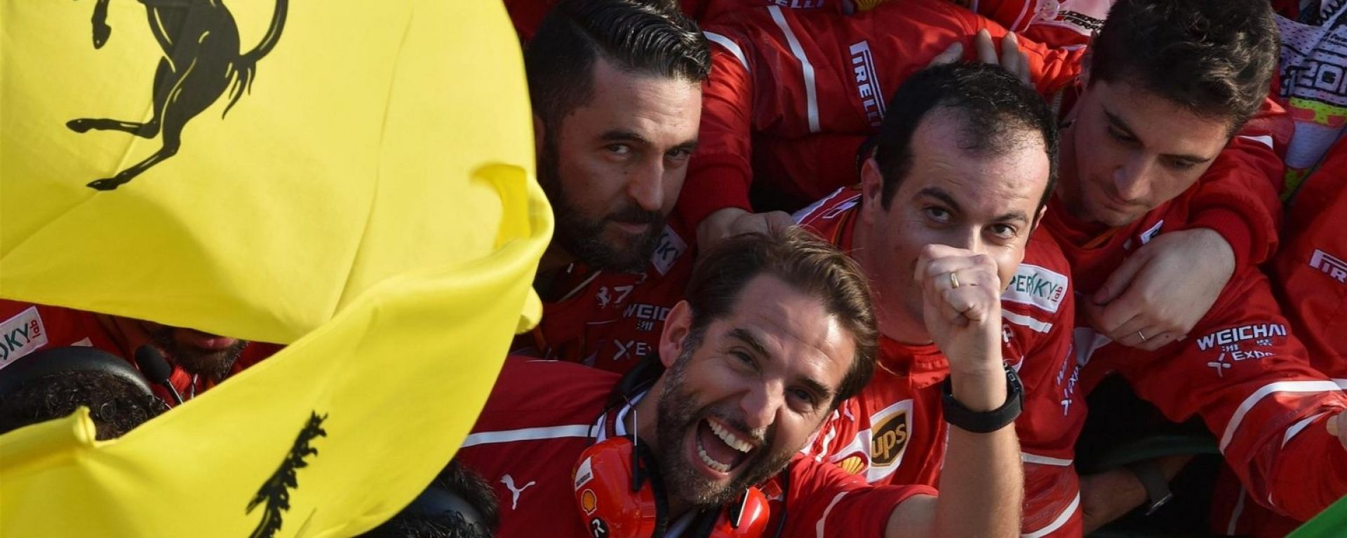 Gli uomini della Ferrari festeggiano sotto al podio di Melbourne - F1 GP Australia