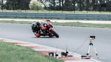 Gomito a terra, il nuovo trend tra gli appassionati di moto da pista