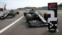 GP 70° Anniversario, Silverstone: Lewis Hamilton e Valtteri Bottas pacheggiano la Mercedes