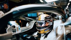 GP Abu Dhabi 2018, FP1, Lewis Hamilton nei box della Mercedes