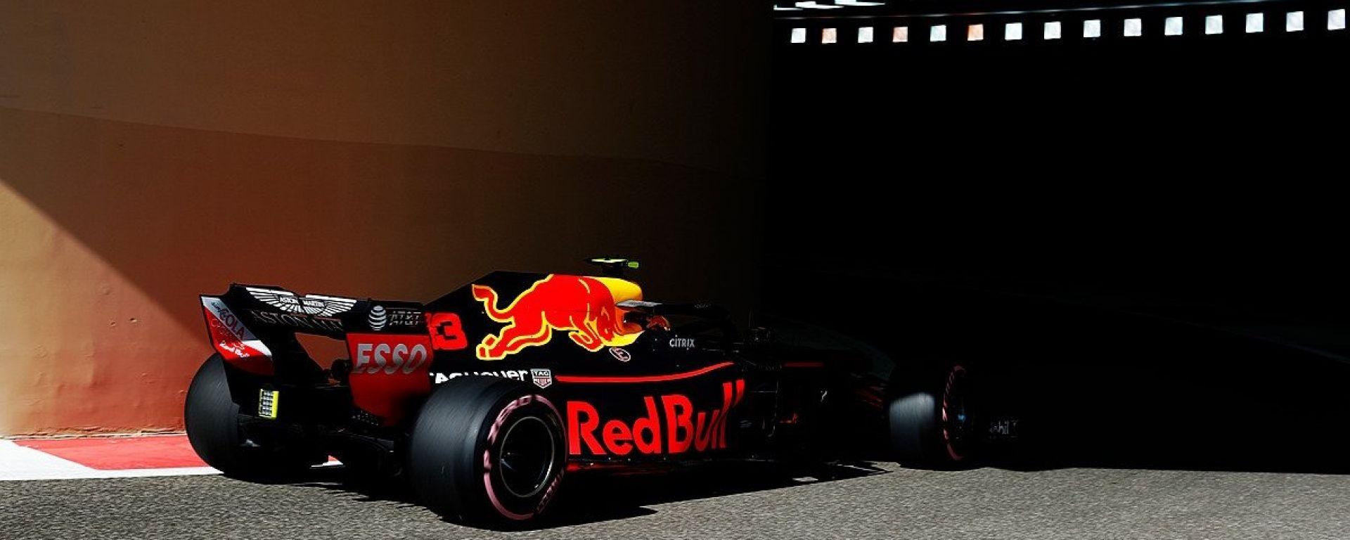 GP Abu Dhabi 2018, FP1, Max Verstappen in azione con la sua Red Bull
