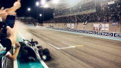 GP Abu Dhabi 2018 - Hamilton (Mercedes) transita per primo sul traguardo
