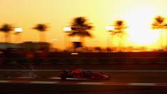 GP Abu Dhabi, FP2, Daniel Ricciardo in azione al tramonto con la Red Bull