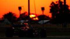 GP Abu Dhabi, FP2, Max Verstappen in azione al tramonto con la Red Bull