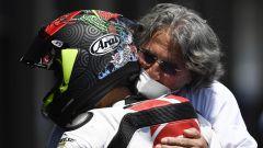 GP Andalusia 2020, Tatsu Suzuki si abbraccia con Paolo Simoncelli, papà di Marco