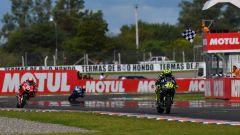 GP Argentina 2019, Rossi transita secondo sul traguardo davanti a Dovizioso