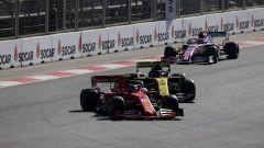 GP Azerbaijan 2019, Charles Leclerc (Ferrari) passa Daniel Ricciardo (Renault)