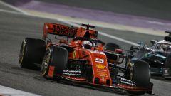 GP Bahrain 2019, Vettel difende la posizione dall'attacco di Lewis Hamilton