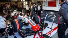 GP Belgio 2018, FP3, Kevin Magnussen all'interno del box della Haas