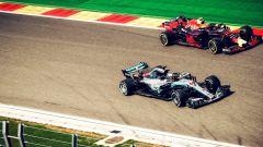 GP Belgio 2018, Lewis Hamilton con la sua Mercedes passa Max Verstappen su Red Bull durante le FP2