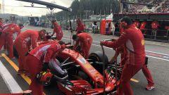 GP Belgio 2018, Sebastian Vettel ai box nelle FP1 con la sua Ferrari