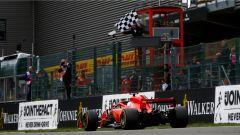 GP Belgio 2018, Spa Fracorchamps, Sebastian Vettel sfreccia sotto la bandiera a scacchi con la sua Ferrari