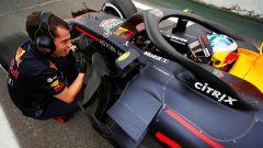 GP Brasile 2018, Daniel Ricciardo parla con un ingegnere della Red Bull
