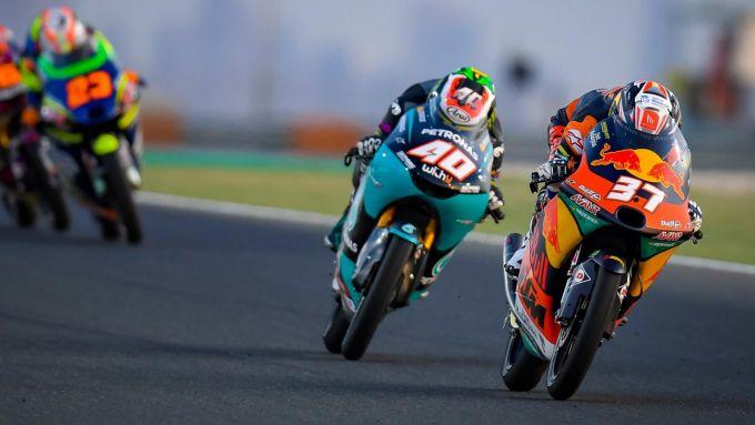 GP Doha 2021, Pedro Acosta (KTM Ajo) batte allo sprint John McPhee