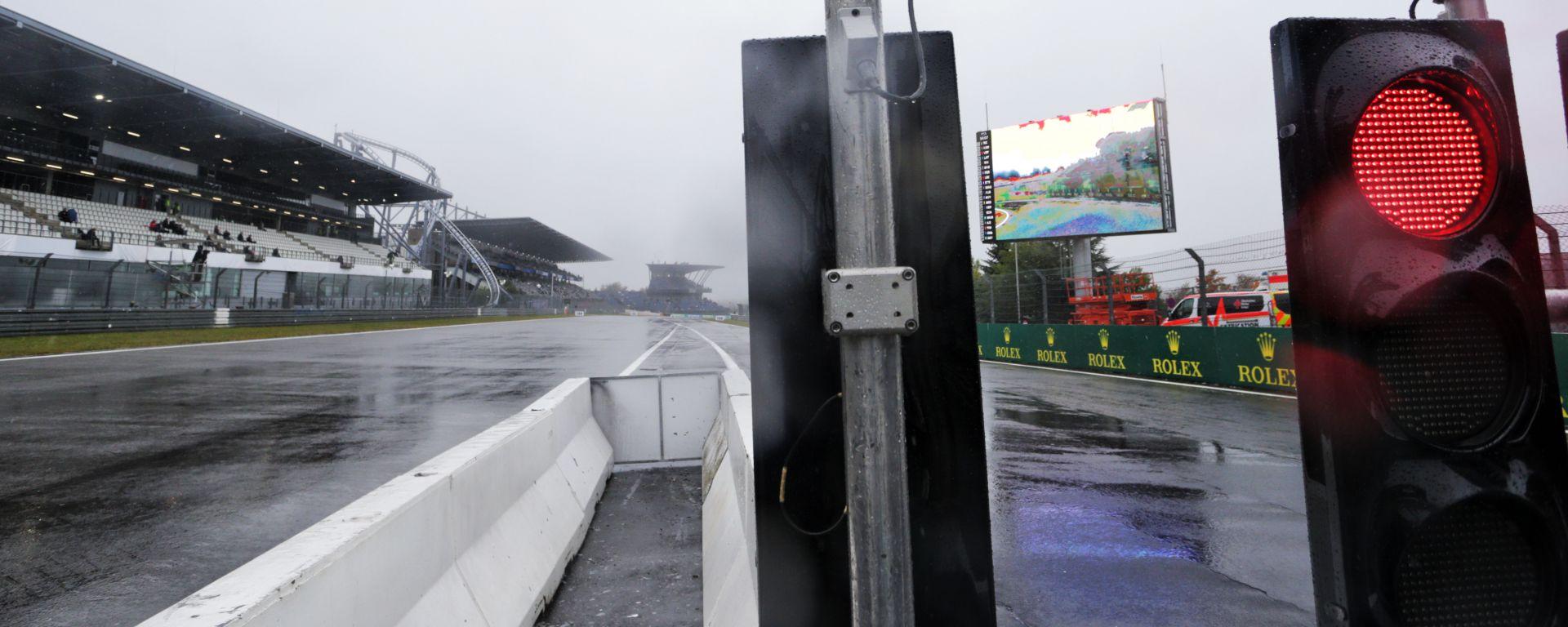 GP Eifel 2020, Nurburgring: il semaforo rosso in fondo alla pit-lane