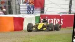 GP Giappone 2018, la Renault di Nico Hulkenberg a bordo pista dopo l'uscita di pista nel finale delle FP3 di Suzuka