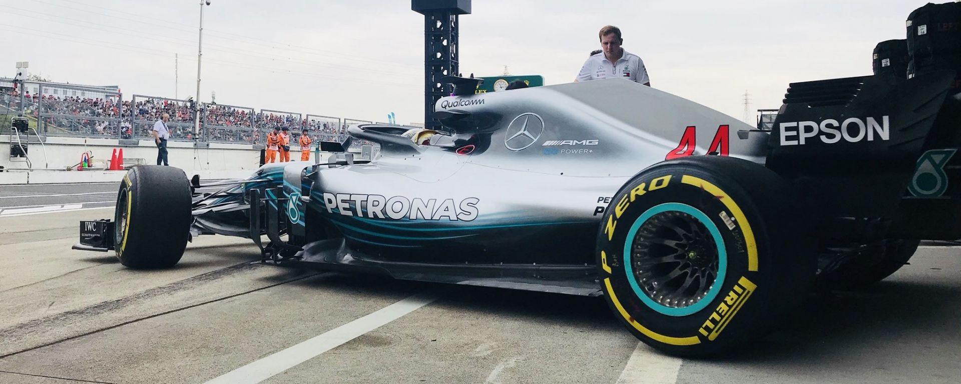 GP Giappone 2018, Lewis Hamilton lascia i box con la sua Mercedes