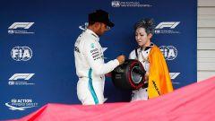 GP Giappone 2018, qualifiche Suzuka, Lewis Hamilton riceve il premio per la pole