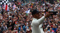 GP Gran Bretagna 2017, Lewis Hamilton (Mercedes) festeggia la vittoria con un selfie con i tifosi