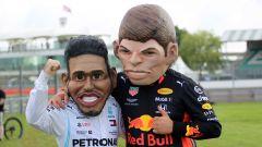 GP Gran Bretagna 2019, Silverstone, i pupazzi di Max Verstappen (Red Bull) e Lewis Hamilton (Mercedes)