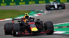GP Italia 2018, Monza: Max Verstappen precede con la sua Red Bull la Mercedes di Valtteri Bottas
