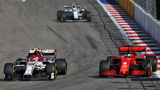 GP Russia 2020, Sochi: Giovinazzi (Alfa Romeo) tiene dietro Vettel (Ferrari)