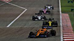 GP Sakhir 2020, Carlos Sainz (McLaren) precede il gruppo selvaggio