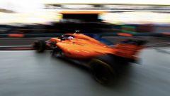 Gp Singapore 2018, Alonso esce dai box con la sua McLaren