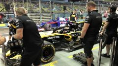 GP Singapore 2018, Carlos Sainz ai box con la sua Renault