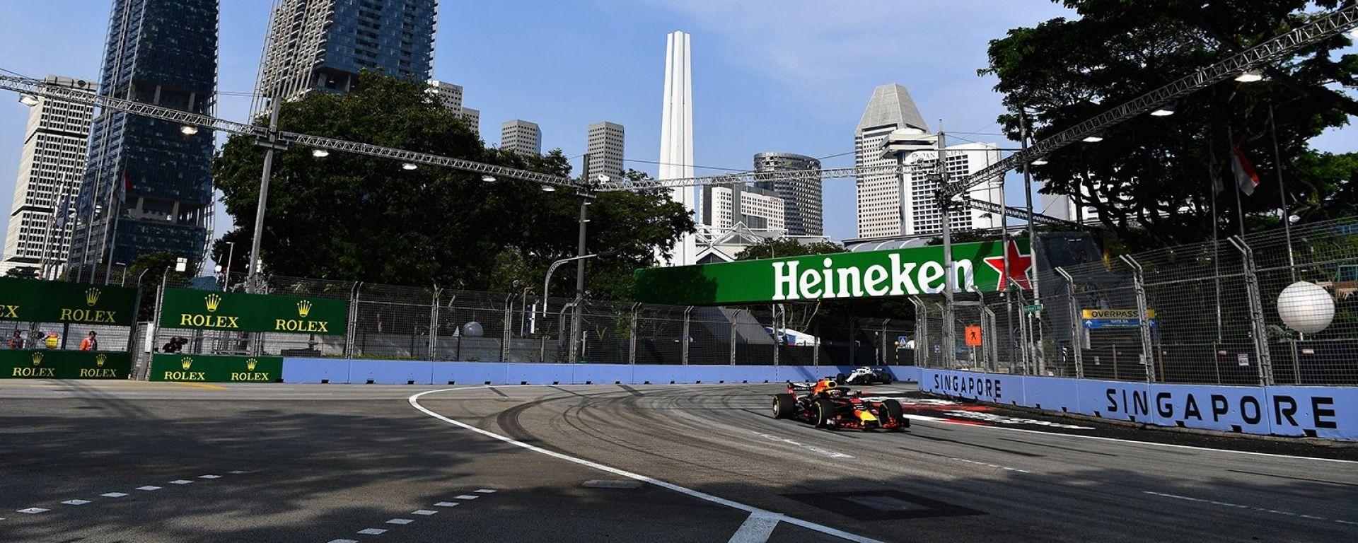 Gp Singapore 2018, il leader della mattinata Daniel Ricciardo gira con la sua Red Bull