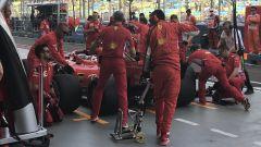 Gp Singapore 2018, Kimi Raikkonen in pit lane circondato dagli uomini Ferrari