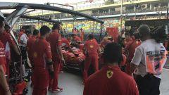 Gp Singapore 2018, Sebastian Vettel in pit lane circondato dagli uomini Ferrari