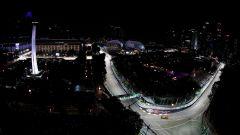 GP Singapore 2018, una McLaren sfila sulla pista illuminata di Marina Bay