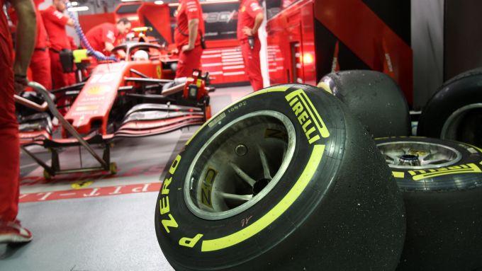 GP Singapore 2019, Marina Bay, pneumatici Pirelli davanti alla Ferrari di Charles Leclerc