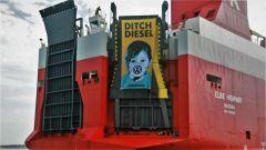 Greenpeace, contro il diesel, assalta nave carica di auto Volkswagen