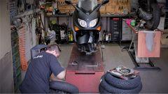 Grimeca per Yamaha T-Max 530: una fase dell'installazione