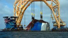 Guarda una nave da oltre 180 metri piena di auto che viene tagliata in due