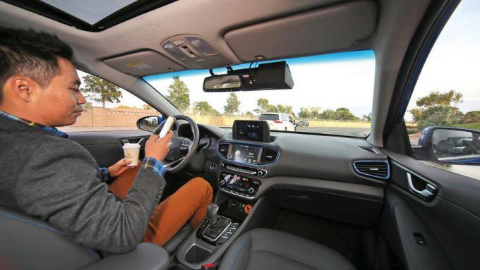 Guida assistita, la proposta UK: in auto senza le mani sul volante