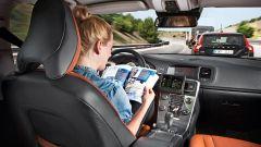 Auto a guida autonoma, servirà una patente speciale per (non) guidarla