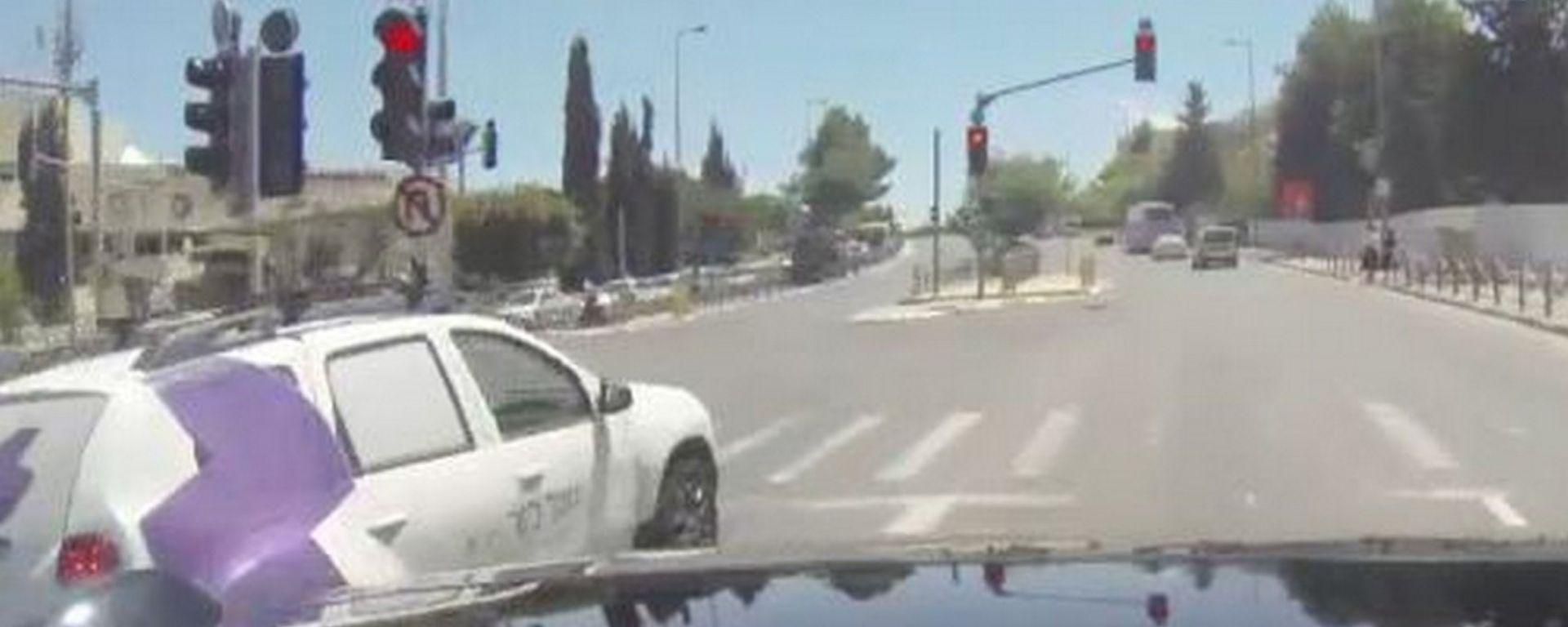 Guida autonoma, prototipo Mobileye non si ferma al semaforo rosso