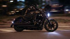 Guidare la moto al buio